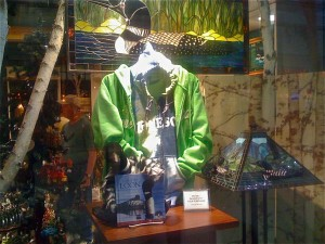 how to visual merchandise retail windows