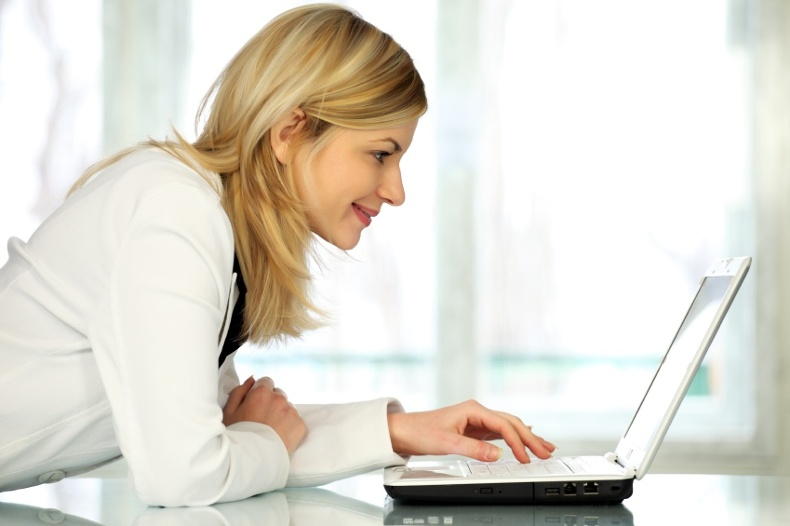 iStock_000009040043_Small-woman-computer